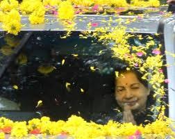 சென்னை திரும்பினார் முதல்வர்- கொட்டும் மழையிலும் உற்சாக வரவேற்பு