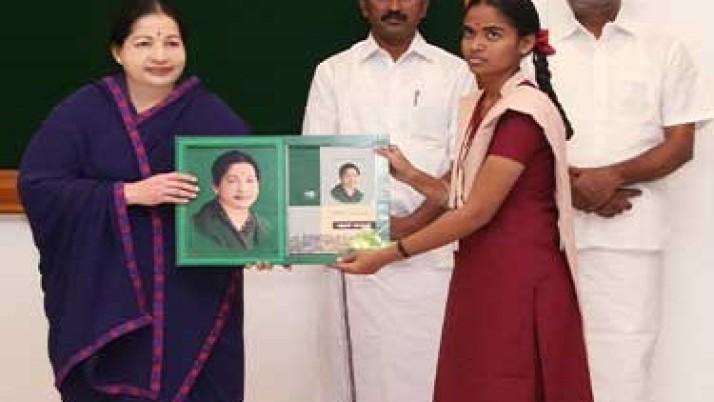 வெள்ளம் பாதித்த மாவட்டங்களில் 10,12-ம் வகுப்பு மாணவர்களுக்கு 'கற்றல் கையேடு' முதலமைச்சர் ஜெயலலிதா வழங்கினார்