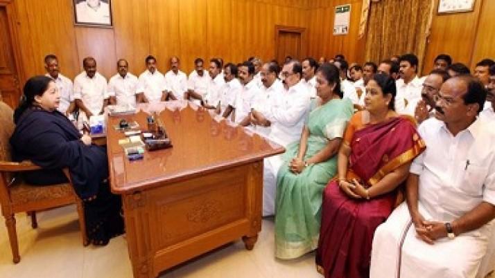 வெள்ளம் பாதித்த பகுதிகளில் போர்க்கால நடவடிக்கை எடுக்க அமைச்சர்கள் மற்றும் அரசு அதிகாரிகளுக்கு முதல்வர் ஜெயலலிதா உத்தரவு: