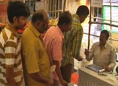 மழை வெள்ளத்தினால் சான்றிதழ்கள் மற்றும் ஆவணங்களை இழந்த பல்லாயிரக்கணக்கானோர்,முதலமைச்சர் ஜெயலலிதா உத்தரவின்பேரில், கட்டணமின்றி நகல் சான்றிதழ்களை சிறப்பு முகாம்கள் மூலம் பெற்று  பயனடைந்தனர்