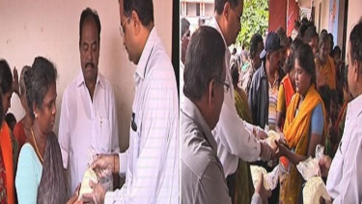 வெள்ளத்தால் பாதிக்கப்பட்ட மக்களுக்கு முதலமைச்சர் ஜெயலலிதா உத்தரவின்பேரில் 590 டன் பால்பவுடர் விலையில்லாமல் விநியோகம்:பொதுமக்கள் மகிழ்ச்சி