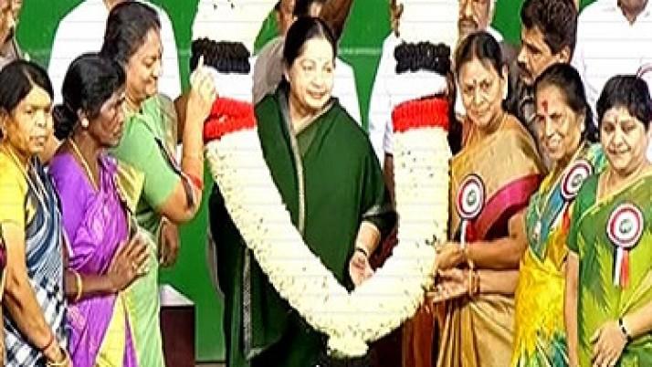 முதலமைச்சர் ஜெயலலிதாவுக்கு உற்சாக வரவேற்பு : வழிநெடுகிலும் கழகத் தொண்டர்களும், பொதுமக்களும் திரண்டுநின்று வரவேற்றனர்