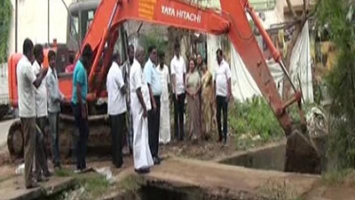 முதலமைச்சர் உத்தரவுப்படி,கும்பகோணத்தில் உள்ள 5 வடிநீர் வாய்கால்கள் தூர் வாரப்பட்டு வருவதால் பொதுமக்கள் மகிழ்ச்சி