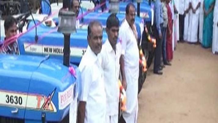 ராமநாதபுரம் மாவட்டத்தைச் சேர்ந்த விவசாயிகளுக்கு சுமார் 30 லட்சம் ரூபாய் மானியத்தில் டிராக்டர் உள்ளிட்ட வேளாண் கருவிகள் முதல்வர்   ஜெயலலிதா உத்தரவுக்கிணங்க வழங்கப்பட்டன