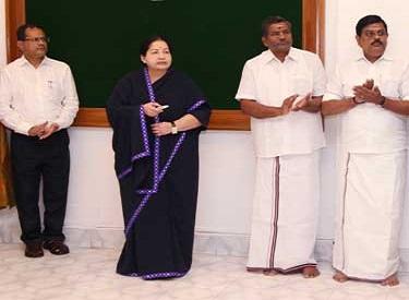 அரசுத் துறைகளின் சேவைகளை பொதுமக்கள்  எளிதாக பெற்றிட 126 அரசு இ-சேவை மையங்களை முதல்வர் ஜெயலலிதா தொடங்கி வைத்தார்