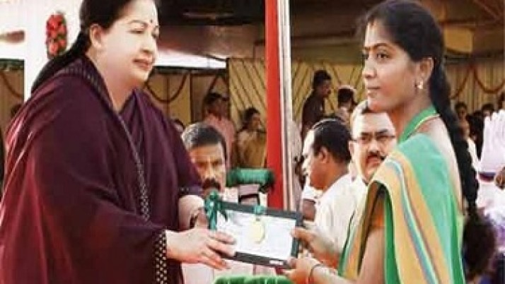 அதிக தானிய மகசூல் செய்த பெண் விவசாயிக்கு சிறப்பு விருது: முதல்வர் ஜெயலலிதா வழங்கினார்
