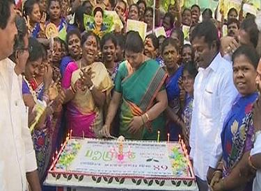 முதல்வர் ஜெயலலிதாவின் 68-வது பிறந்த நாளையொட்டி போயஸ் தோட்ட இல்லத்தில் அலைகடலெனத் திரண்ட கழகத் தொண்டர்கள்:பட்டாசு வெடித்தும், கேக் வெட்டியும் கொண்டாட்டம்