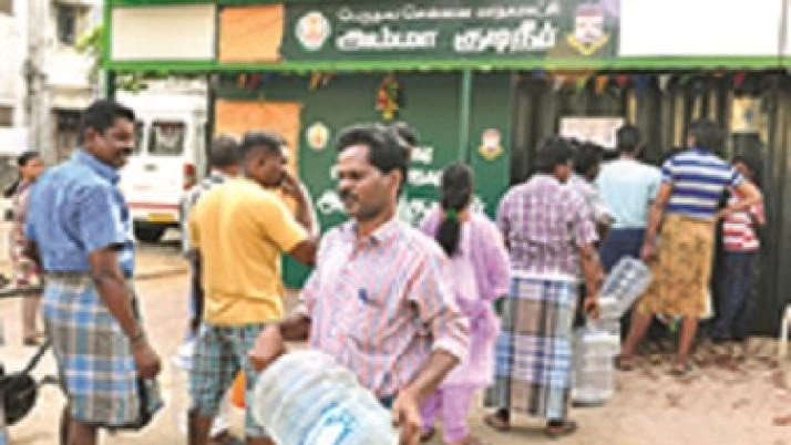 முதலமைச்சர் ஜெயலலிதா துவக்கி வைத்த 20 லிட்டர் விலையில்லா குடிநீருக்கு மக்கள் மத்தியில் அமோக வரவேற்பு
