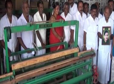 முதலமைச்சர் ஜெயலலிதா உத்தரவுப்படி, 200 நெசவாளர்களுக்கு 27 லட்சம் ரூபாய் மதிப்பிலான கைத்தறி உபகரணங்கள் வழங்கப்பட்டன