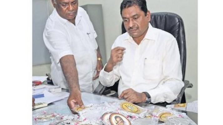 சேலத்தில் கருணாநிதி, ஸ்டாலின் படத்துடன் 105 ஜோடி வெள்ளிக் கொலுசுகள் பறிமுதல்