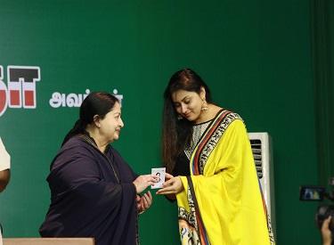 முதல்வர் ஜெயலலிதா பீனிக்ஸ் பறவை போல மீண்டும் வருவார் ; நமீதா
