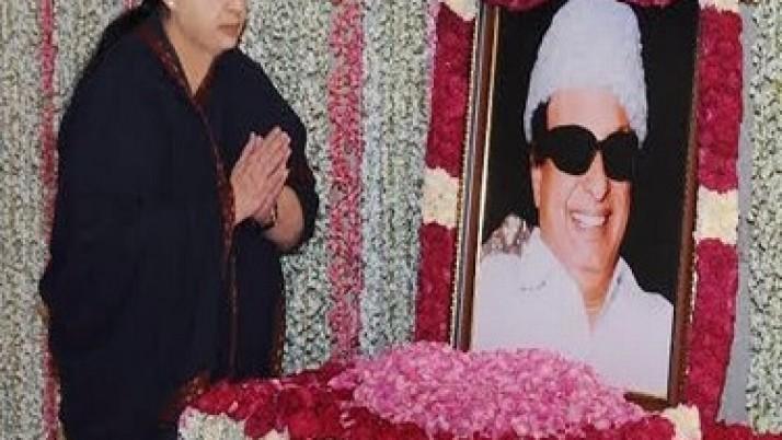 முதலமைச்சர் ஜெயலலிதா பெரியார், அண்ணா, எம்ஜிஆர் சிலைகளுக்கு மலர்தூவி மரியாதை
