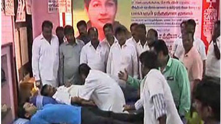முதலமைச்சர் ஜெயலலிதா ஆறாவது முறையாக ஆட்சிப் பொறுப்பேற்றதை கொண்டாடும் வகையில், சென்னையில் 50 பேர் ரத்ததானம் அளித்தனர்
