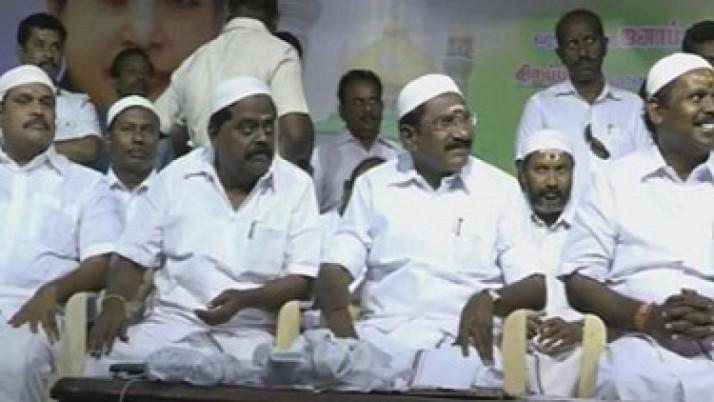 முதலமைச்சர் ஜெயலலிதா,இஸ்லாமியர்களின் பாதுகாவலராக திகழ்வதாக மதுரையில் நடைபெற்ற இஃப்தார் நோன்பு திறப்பு நிகழ்ச்சியில் பாராட்டு
