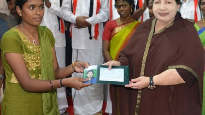 ஏழை மாணவி பிரியதர்ஷினிக்கு மருத்துவ கல்வி பயில ஒரு லட்சத்து 10 ஆயிரம் ரூபாய் வழங்கி முதல்வர் ஜெயலலிதா வாழ்த்து
