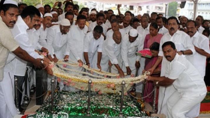 காயிதே மில்லத்தின் 121-வது பிறந்த நாளை முன்னிட்டு அவருடைய நினைவிடத்தில் அதிமுக. சார்பில் மரியாதை