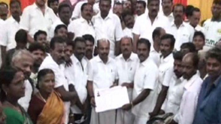 குமரி மாவட்டத்தில் தி.மு.க., காங்கிரஸ் உள்ளிட்ட பல்வேறு கட்சிகளைச் சேர்ந்த 175 பேர் அ.தி.மு.க.வில் இணைந்தனர்