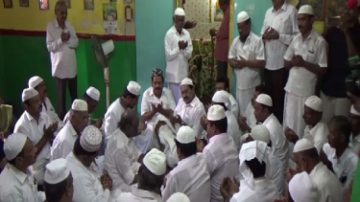 முதலமைச்சர் ஜெயலலிதா பூரணமடைய வேண்டி கரூர் தர்ஹாவில் சிறப்பு தொழுகை