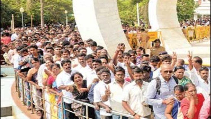 11–வது நாள் திதியையொட்டி மறைந்த முதல்வர் ஜெயலலிதா நினைவிடத்தில் பொதுமக்கள் கண்ணீர் அஞ்சலி