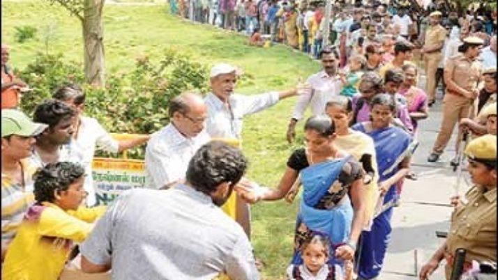 மறைந்த முதல்வர் ஜெயலலிதா நினைவிடத்தில் அன்னதானம் ; மறைந்தாலும் பசியை போக்குகிறார் என்று பொதுமக்கள் உருக்கம்