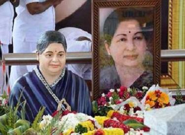 மறைந்த முதலமைச்சர் ஜெயலலிதா நினைவிடத்தில் ஜெயலலிதா திருவுருவச்சிலை