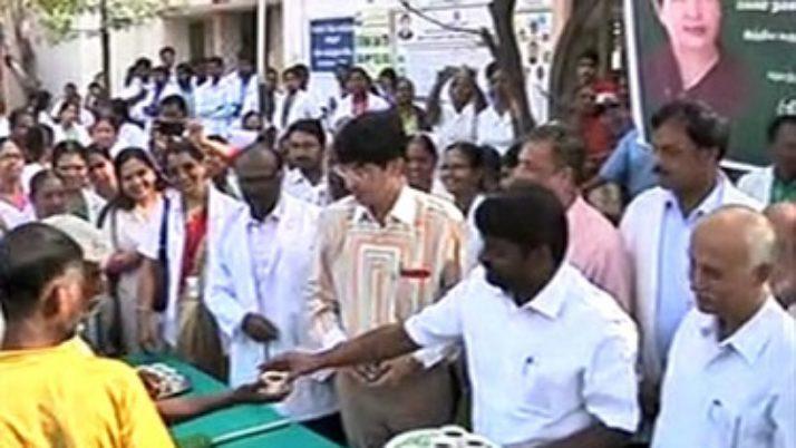 வர்தா புயலால் பாதிக்கப்பட்ட மாவட்டங்களில் நிவாரணப் பணிகளை அமைச்சர்கள் நேரில் ஆய்வு