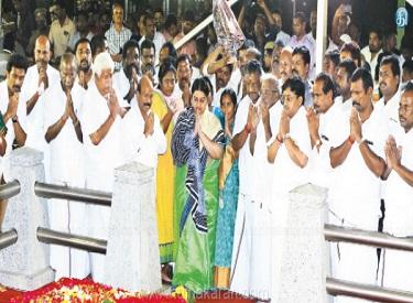 மறைந்த முதல்வர் ஜெயலலிதா நினைவிடத்தில்,முதல்வர் ஓ.பன்னீர்செல்வத்துக்கு தீபா ஆதரவு : இரு கரங்களாக செயல்படுவோம் என அறிவிப்பு
