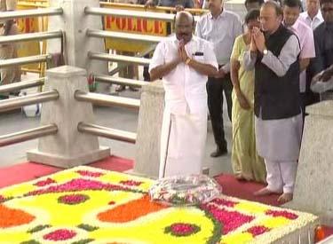 மறைந்த முதலமைச்சர் ஜெயலலிதாவின் நினைவிடத்தில் மத்திய நிதி அமைச்சர் அருண் ஜேட்லி மலர் வளையம் வைத்து மரியாதை